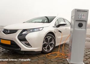 In onze Nieuwsbrief Even Bijtanken is de foto van de elektrische auto van Bernadet Gribnau Fotografie.