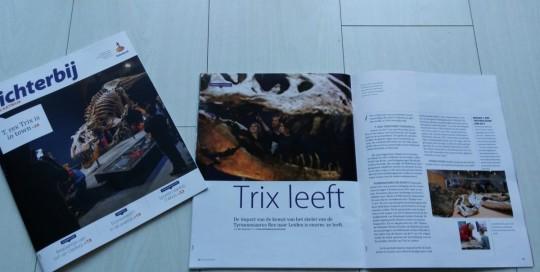 Tekstschrijver May-lisa de Laat staat oog in oog met dino Trix.